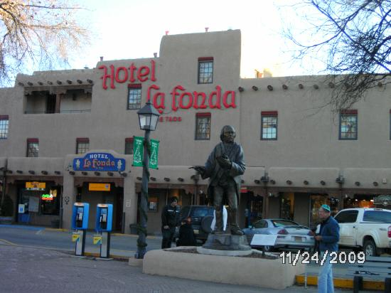 Hotel La Fonda de Taos: View of Hotel la Fonda from the Plaza