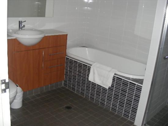 Jesmond Executive Villas: bathroom