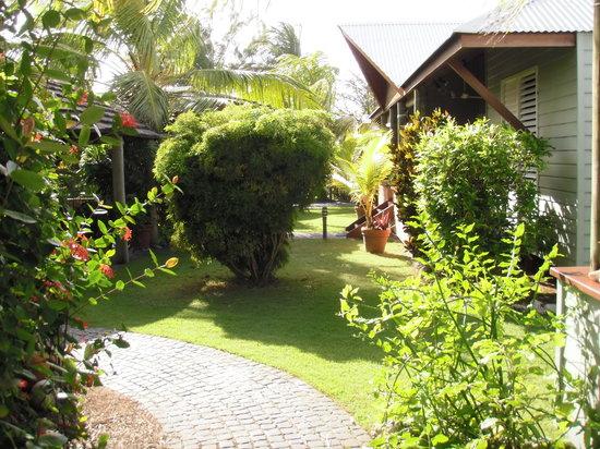 Cocos Village Bungalows: Bungalow e giardino