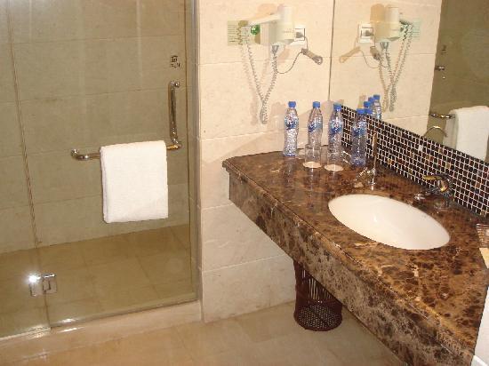 The Bund Hotel: Room 1502 - bathroom