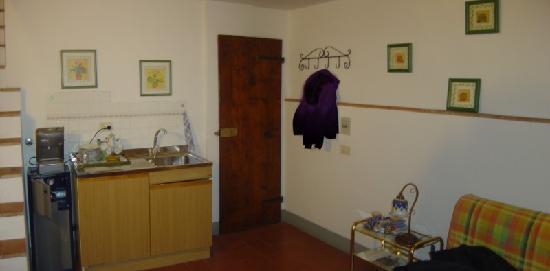 Agriturismo Olmi Grossi: interno camera, a destra il vassoio con la colazione