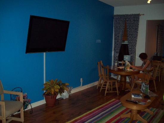Barefoot Hostel: Living Room, TV, Dining, Internet