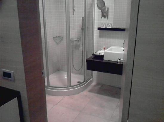 Ansen Suites: Large bathroom