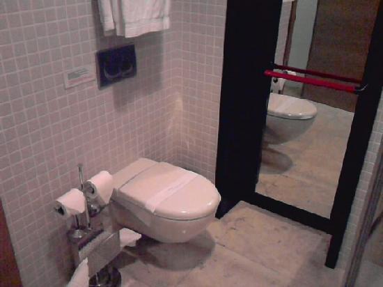 Ansen Suites: Mirrored door is emergency exit