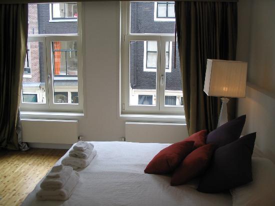 Maes B & B: dormitorio y ventana a la calle