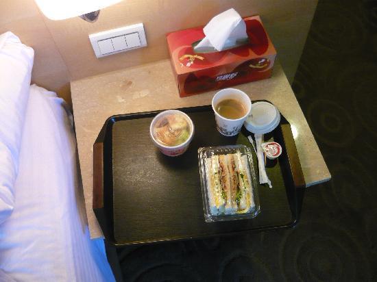 Luckynews Classic Hotel: トレーに乗った朝食
