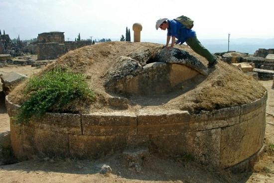 Anatolia Cemetery: Pozostałości rzymskiej nekropolii nieopodal starożytnego miasta Hierapolis, Turcja.