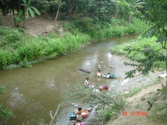 Esmeraldas, Ekwador: Mujeres lavando ropa en el rio de La Union.