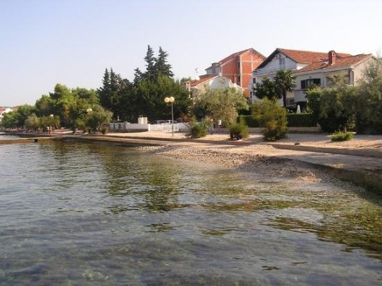 Diklo, Croacia: Der Strand vorm Haus