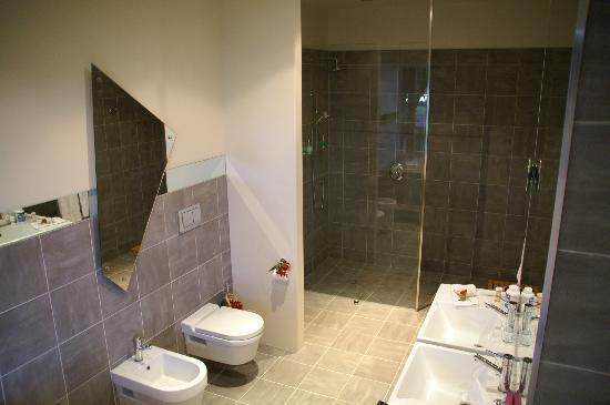 Seafields: Shower in bathroom