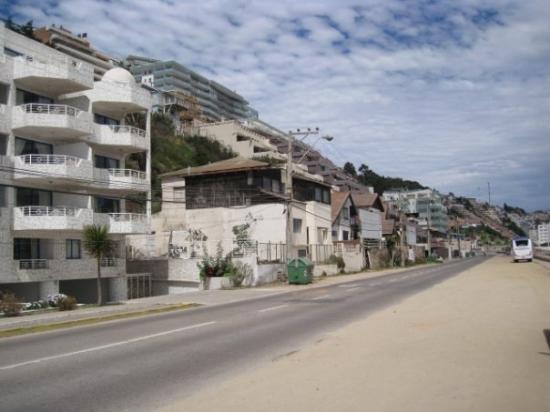 Playa Renaca: Al frente del mar, pegado a la carretera están las playas...