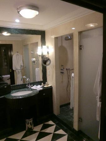 badezimmer mit großer dusche - picture of esplanade zagreb hotel, Hause ideen