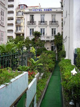 Hotel Villa Eden: Entering from the Promenade des Anglais