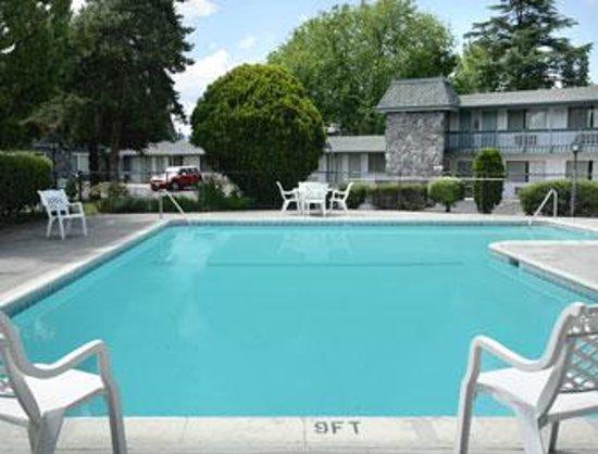 Econo Lodge Inn & Suites Central : Medford Inn Pool