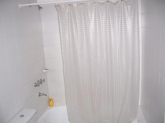 Zentra Hotel: Puerta corrediza trancada y no hay vasos en los baños
