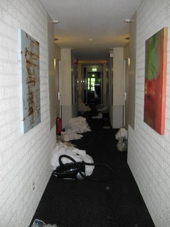 Bastion Hotel Leiden Voorschoten: dirty linen in the hallway