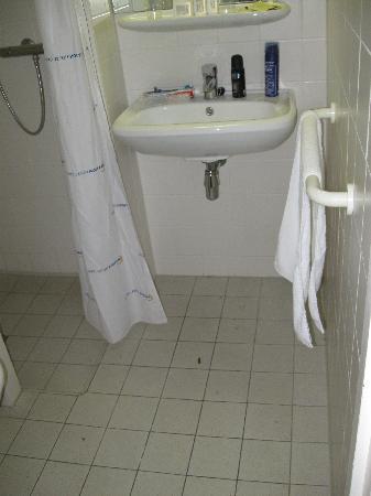 Bastion Hotel Leiden Voorschoten: bathroom not cleaned