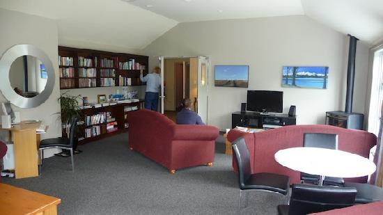 Lake Wanaka Lodge: Second floor lounge with library, tv, fireplace