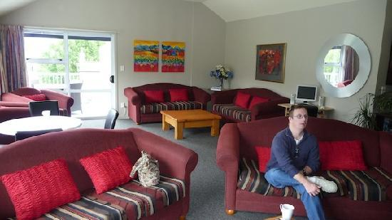 Lake Wanaka Lodge: Lounge from opposite direction - very comfortable