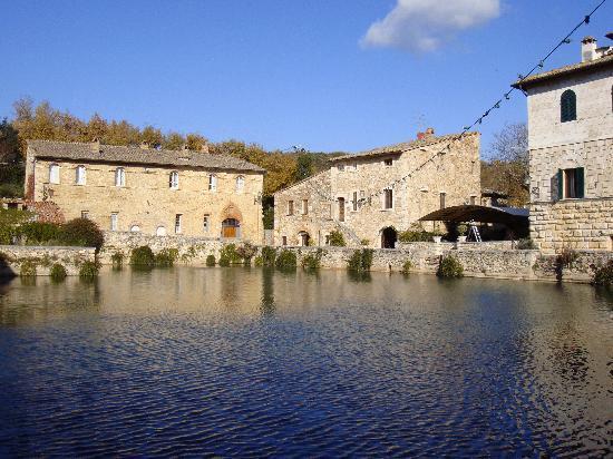 Albergo Le Terme: la piazza principale di Bagno Vignoni