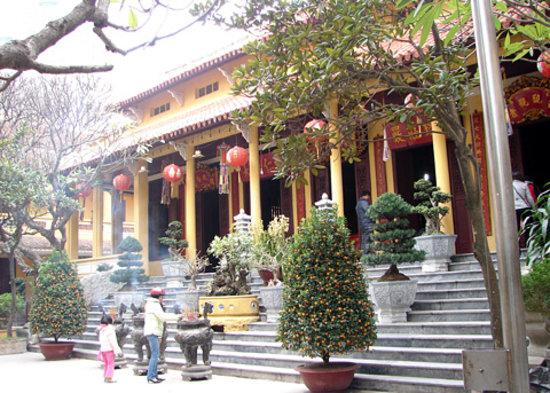 Ambassador's Pagoda (Chua Quan Su) : inside 2