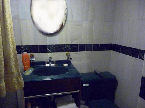 Qualitel Hotel Morelia : Foto del baño (del año VIII A.C.). La toalla la llevamos nosotros, sólo ponen 1 pequeña y rota)
