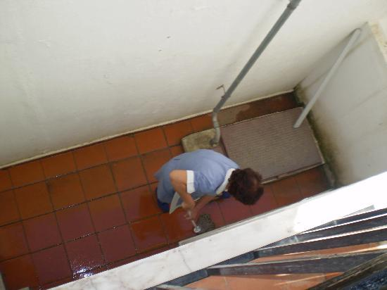 Hotel Vila Recife: Maids at work - you couldn't fault the cleanliness..