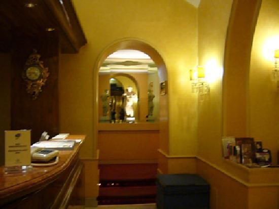 مارسيلا رويال هوتل: Hotel - Pasillo a los baños