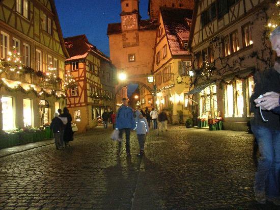 Käthe Wohlfahrts Weihnachtsdorf: The main street at night