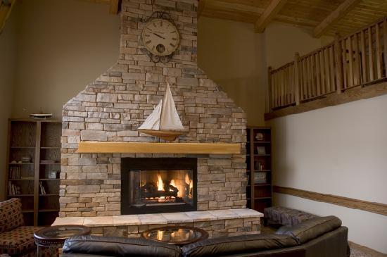 AmericInn Lodge & Suites Charlevoix: Lobby fireplace