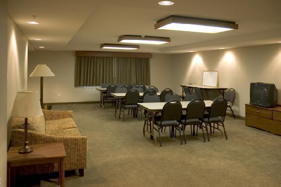 AmericInn Lodge & Suites Charlevoix: Meeting room with seating for 30