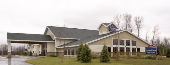 AmericInn Lodge & Suites Charlevoix : Spacious Parking