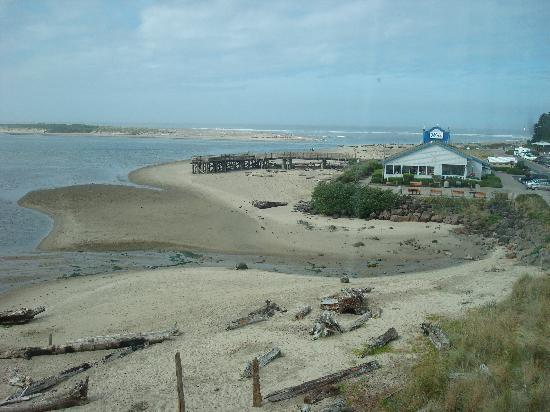 Siletz Bay Lodge: Partial view from room looking toward Mo's
