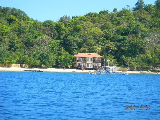 El Rio y Mar Resort: view of the resort from the boat