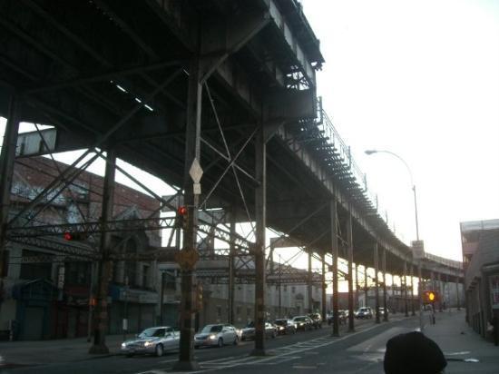 Howard Johnson by Wyndham Bronx: South Bronx...Howard Johnson hotel 1922 Boston Road...