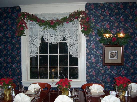 The Inn of New Berlin: Dining Room Decorated for the Holidays