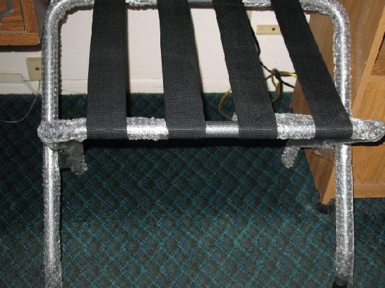 ‪إستيرو باي موتل: Bubble-wrapped luggage rack set out as a vanity stool.‬