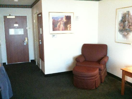Fairfield Inn & Suites Rancho Cordova: chair near bed