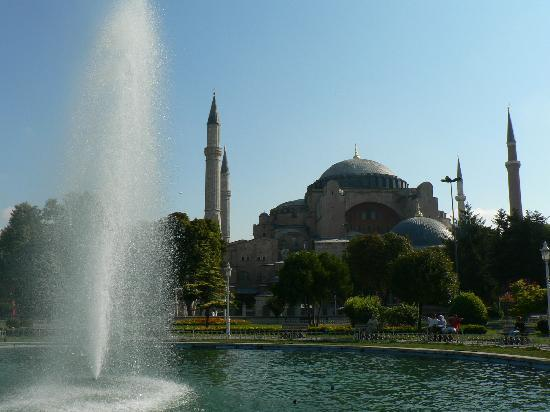 Istanbul Hotel Akdeniz: Hagia sophia is just accross the road