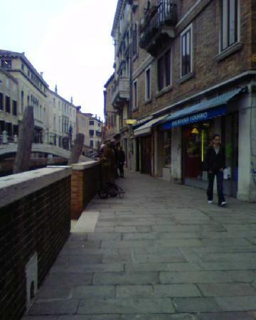 Cantine del Vino Già Schiavi : coming up along Fondamenta Nani, at Dorsoduro 992