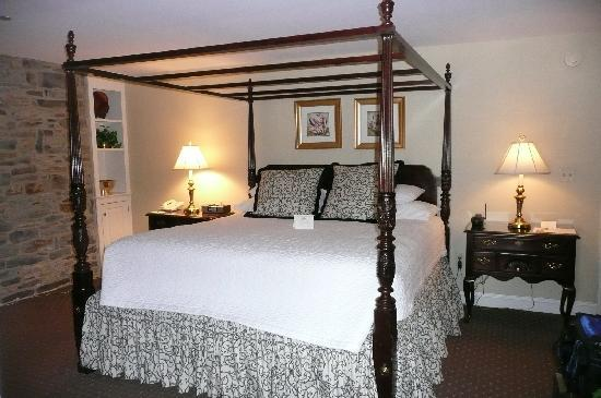The Lambertville House Hotel: Comfy & Cozy bed!