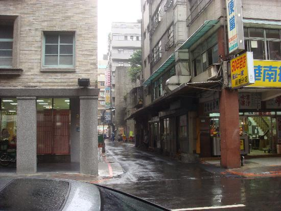 Orange Hotel - Kaifong : Hotel View 2 (alley to Yong He)