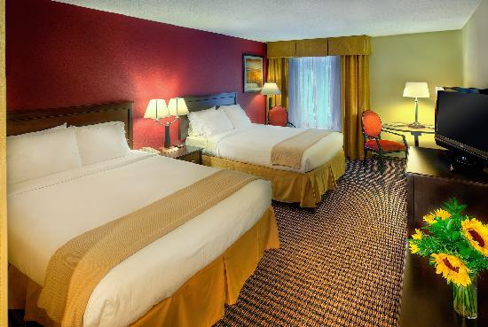Holiday Inn Express Charleston : Two Queen Bed Room