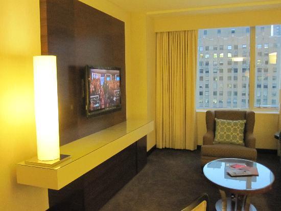 ذا ويت شيكاجو - أدبل تري باي هيلتون هوتل: TV & electronics center in living room