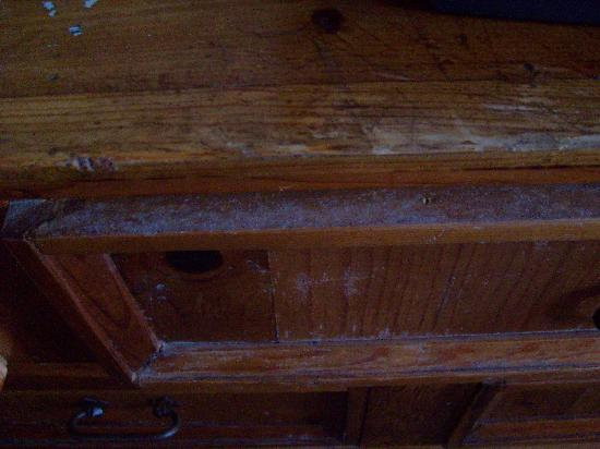 Hotel Roma Golden Glades Resort: dust covering dressers, head boards, etc