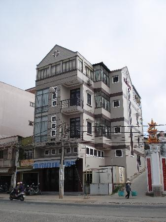 Thien An Hotel: A shot of the hotel from the petrol station across the road