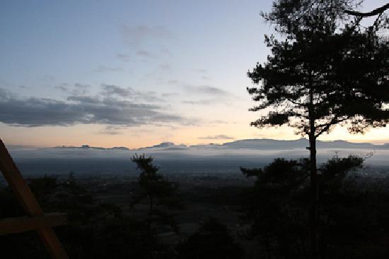 Fine View Muroyama: 眼下に松本市街を望み、太陽はこの山陰からのぼったようです