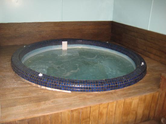 Four Seasons Motel: hot tub!