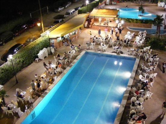 Hotel President: soirée danssant autour de la piscine