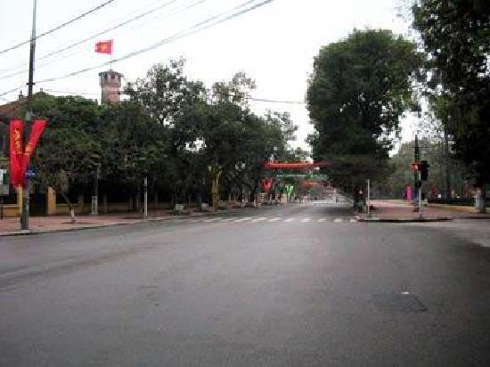 Hanoi Flag Tower: road
